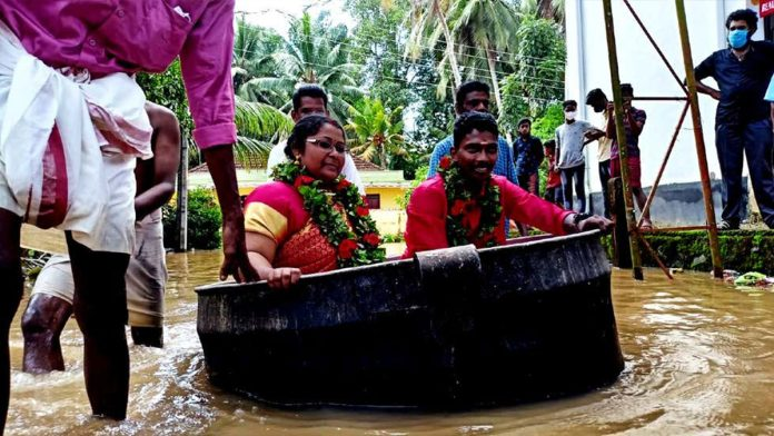 Flood The bride and groom reached the pavilion sitting in the pot the way was filled with water