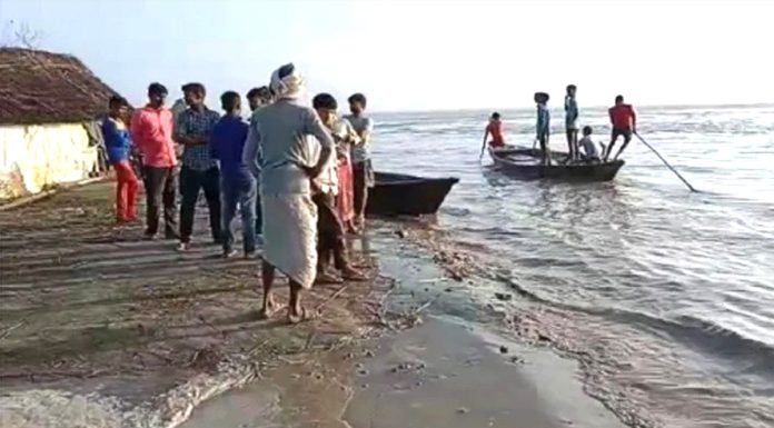 UP Major accident occurred due to boat capsizing in Ghaghra river 10 people were washed away in the river